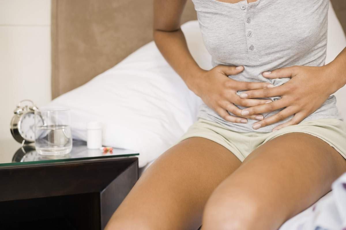 Опоясывающая боль в животе и пояснице у женщин: причины и лечение
