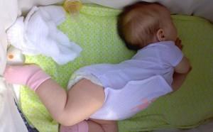 Новорожденный запрокидывает голову и выгибает спину