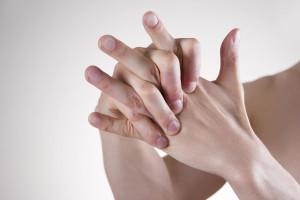 Вредно или полезно хрустеть пальцами?