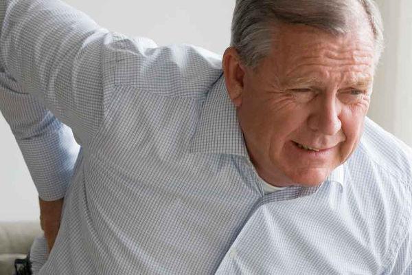 От чего болит позвоночник у пожилых